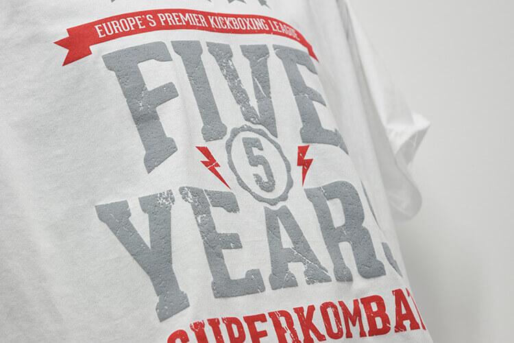 Tricou personalizat prin serigrafiere cu mai multe straturi